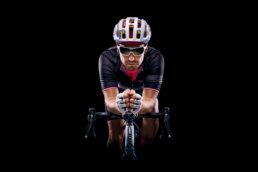 Fotografia sportowa - kolarz na czarnym tle